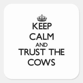 Mantenha a calma e confie as vacas adesivo em forma quadrada