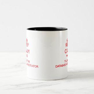 Mantenha a calma e confie o administrador de base caneca de café em dois tons
