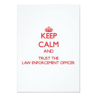 Mantenha a calma e confie o agente da autoridade convite 12.7 x 17.78cm