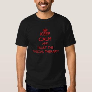 Mantenha a calma e confie o fisioterapeuta camisetas