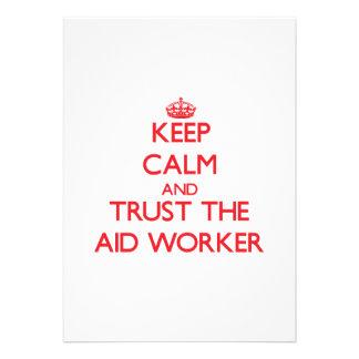 Mantenha a calma e confie o trabalhador de auxílio convites