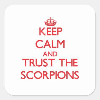 Mantenha a calma e confie os escorpião adesivo em forma quadrada