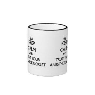 Mantenha a calma e confie seu Anesasiologist Caneca Com Contorno