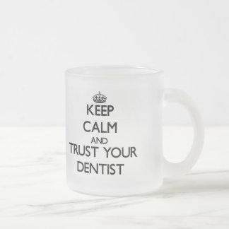 Mantenha a calma e confie seu dentista caneca de café vidro jateado