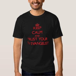 Mantenha a calma e confie seu evangelista da tevê camiseta