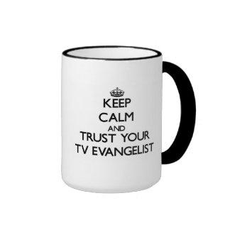 Mantenha a calma e confie seu evangelista da tevê caneca com contorno