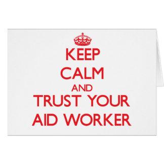 Mantenha a calma e confie seu trabalhador de cartão comemorativo