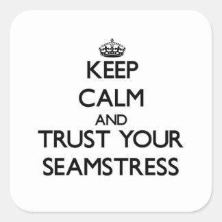 Mantenha a calma e confie sua costureira adesivo quadrado