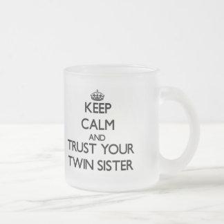 Mantenha a calma e confie sua irmã gêmea canecas
