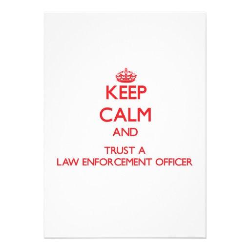 Mantenha a calma e confie um agente da autoridade convites