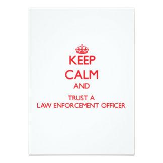 Mantenha a calma e confie um agente da autoridade convite 12.7 x 17.78cm