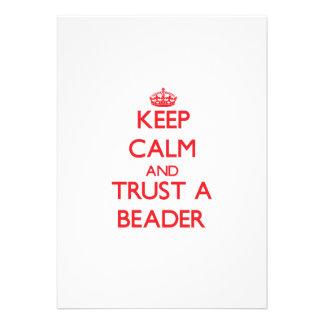 Mantenha a calma e confie um Beader Convite