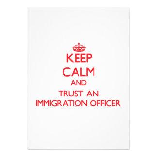 Mantenha a calma e confie um oficial da imigração convite