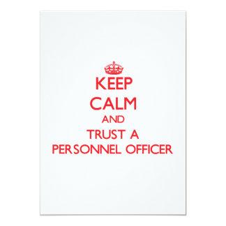Mantenha a calma e confie um oficial de pessoais convite 12.7 x 17.78cm