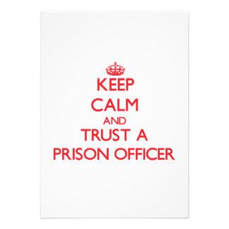 Mantenha a calma e confie um oficial de prisão convite personalizado