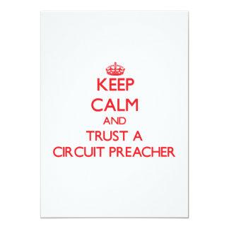 Mantenha a calma e confie um pregador do circuito convite 12.7 x 17.78cm