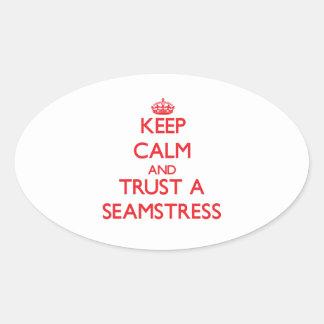 Mantenha a calma e confie uma costureira adesivos em formato ovais
