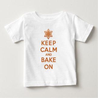 Mantenha a calma e coza-a sobre camiseta para bebê