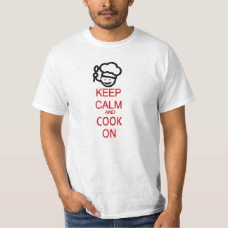 Mantenha a calma e cozinhe-a no cozinheiro chefe tshirts