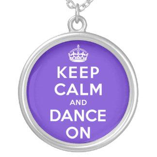 Mantenha a calma e dance sobre colar com pendente redondo