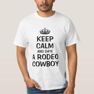 Mantenha a calma e date um vaqueiro do rodeio t-shirts