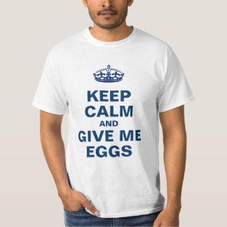 Mantenha a calma e dê-me ovos t-shirts