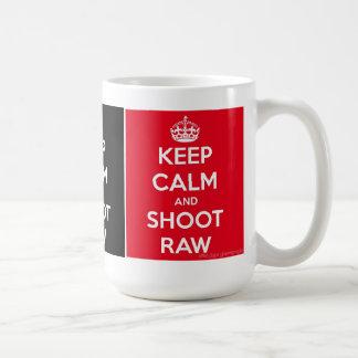 Mantenha a calma e dispare em cru caneca de café