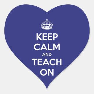 Mantenha a calma e ensine-a no azul adesivo coração