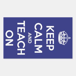 Mantenha a calma e ensine-a no azul adesivo retangular