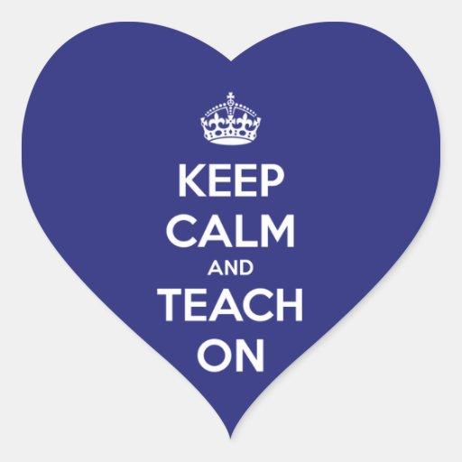 Mantenha a calma e ensine-a no azul adesivos de corações
