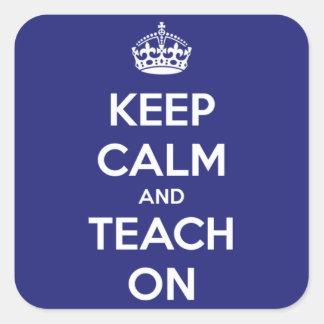 Mantenha a calma e ensine-a no azul adesivo em forma quadrada