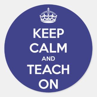Mantenha a calma e ensine-a no azul adesivos em formato redondos