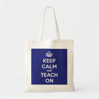 Mantenha a calma e ensine-a no bolsa azul do orçam