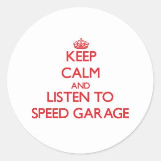 Mantenha a calma e escute a GARAGEM da VELOCIDADE Adesivo Redondo