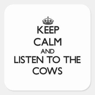Mantenha a calma e escute as vacas adesivo quadrado