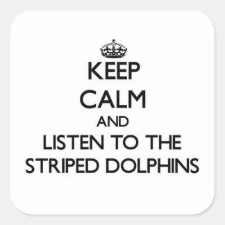 Mantenha a calma e escute os golfinhos listrados adesivo em forma quadrada