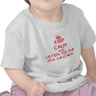 Mantenha a calma e escute os ouriços-do-mar camisetas