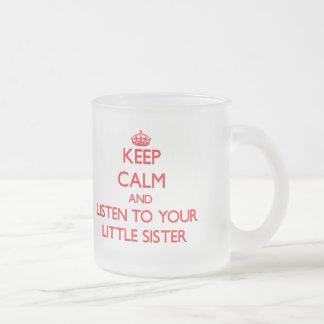 Mantenha a calma e escute sua irmã mais nova caneca