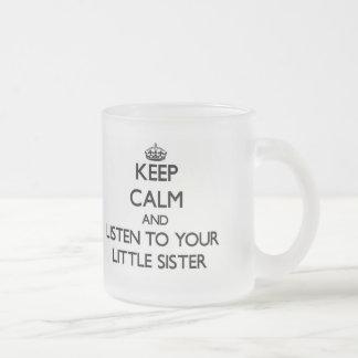 Mantenha a calma e escute sua irmã mais nova canecas