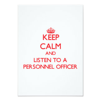 Mantenha a calma e escute um oficial de pessoais convite 12.7 x 17.78cm