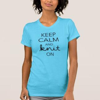 Mantenha a calma e faça-a malha sobre camiseta