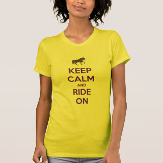 Mantenha a calma e monte-a na equitação do cavalo camiseta