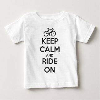 Mantenha a calma e monte-a sobre camiseta para bebê