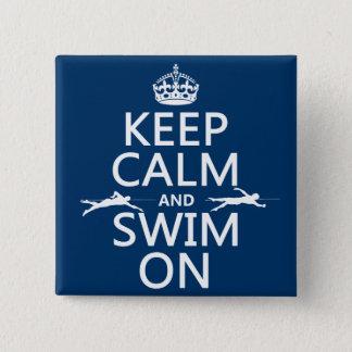 Mantenha a calma e nade em (em alguma cor) bóton quadrado 5.08cm