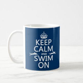 Mantenha a calma e nade em (em alguma cor) caneca de café