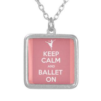 Mantenha a calma e o balé sobre colar com pendente quadrado