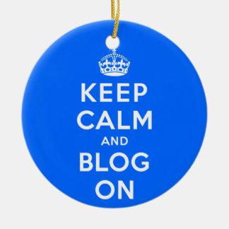 Mantenha a calma e o blogue sobre ornamento de cerâmica redondo