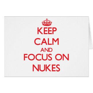 Mantenha a calma e o foco em armas nucleares cartoes