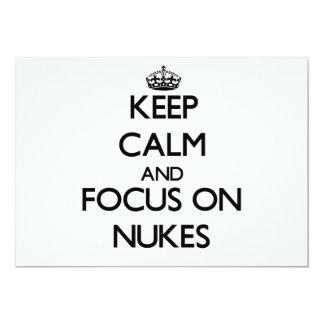 Mantenha a calma e o foco em armas nucleares convites personalizados