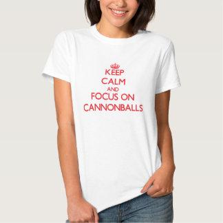 Mantenha a calma e o foco em balas de canhão camisetas